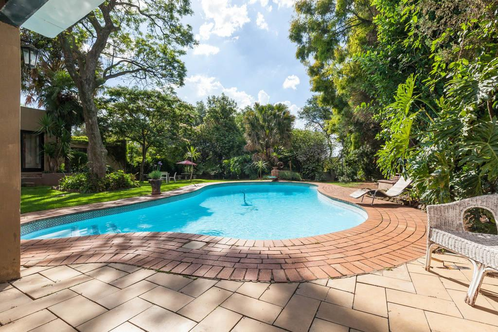 2 bedroom self catering unit with lounge n living room linden randburg Linden public swimming pool johannesburg